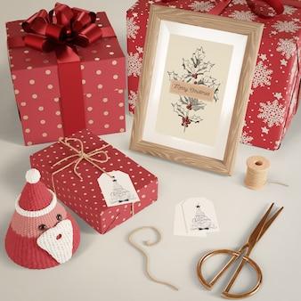 Подарки, завернутые в красную бумагу на столе