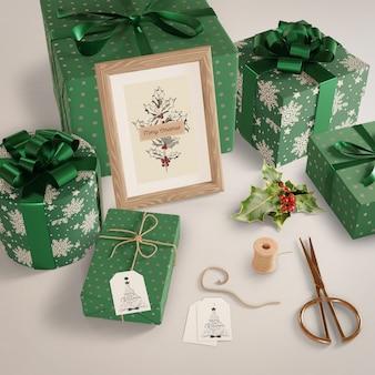 Подарки, завернутые в зеленую бумагу на столе