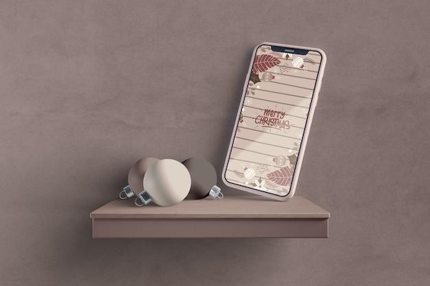 棚のモックアップに近代的なスマートフォン