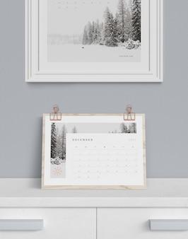 キャビネットのカレンダーと上の絵
