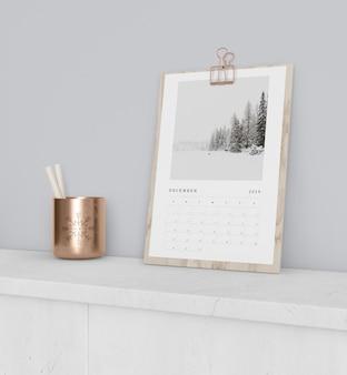 木の板のモックアップのカレンダー