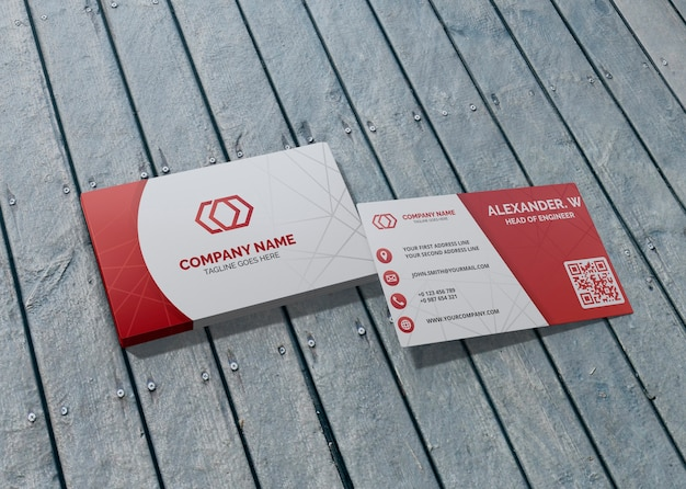 木製の背景にカードブランド会社ビジネスモックアップ紙