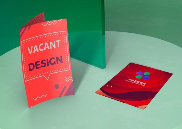 ブランド企業のビジネスモックアップ紙のさまざまなデザイン