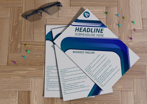 ブランド企業のビジネスモックアップ用紙のピンポイント付きチラシ