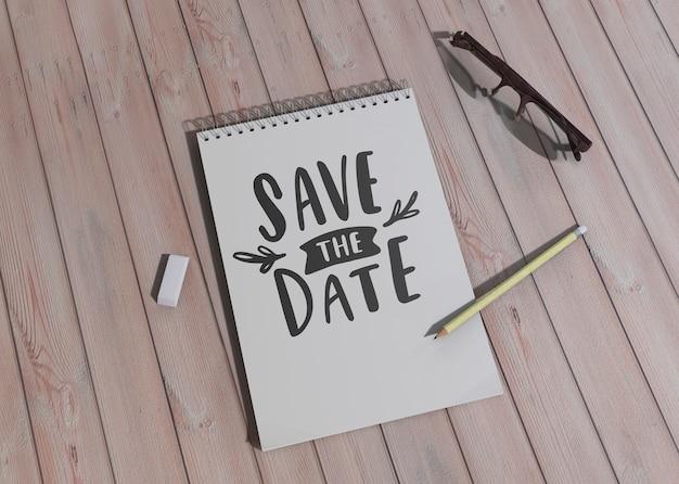 木製の背景に日付の結婚式の招待状を保存するためのさまざまなデザイン