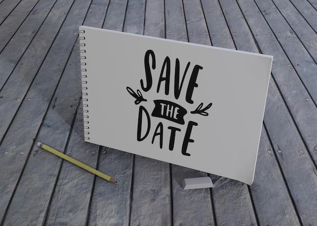 木製の背景に日付の結婚式の招待状を保存します。