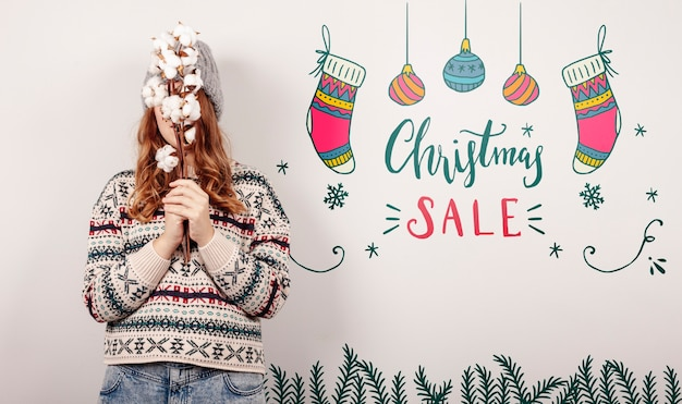 Женщина, одетая в рождественский свитер и рождественские предложения продаж