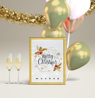 クリスマスフレームモックアップとシャンパン
