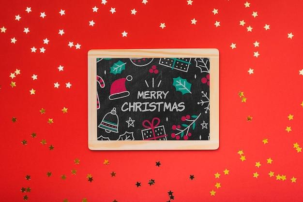 赤い背景のクリスマスコンセプト黒板のフラットレイアウト