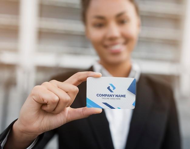 Бизнес женщина, держащая визитная карточка макет