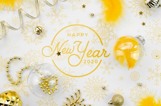 トップビュー黄色新年パーティーアクセサリーと新年あけましておめでとうございますレタリング
