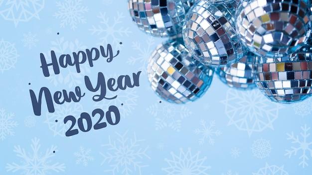 青い新年の背景に銀のクリスマスボールの山