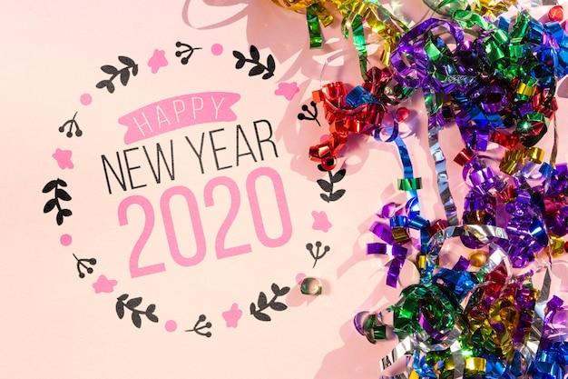 С новым годом надпись с разноцветными лентами