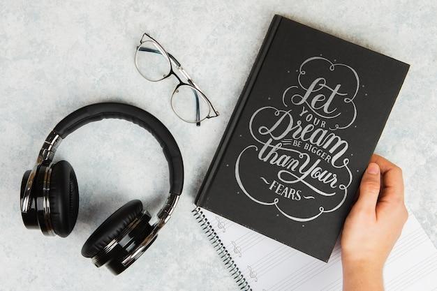 Пусть ваша мечта будет больше, чем ваши страхи цитата книга и наушники