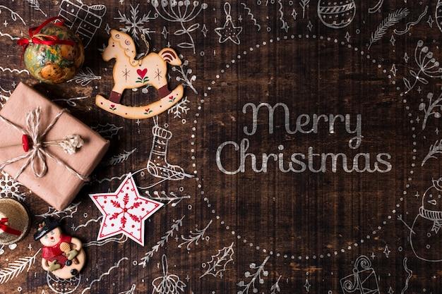 Украшения и подарки на рождество на столе