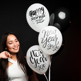 Макро портрет красивая девушка держит воздушные шары