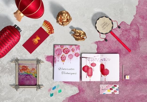 Вид сверху китайские новогодние аксессуары и блокнот