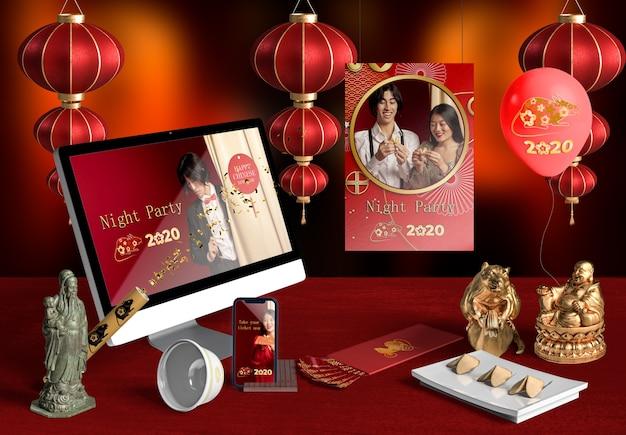 新年の中国語のフロントビューのラップトップとアクセサリー