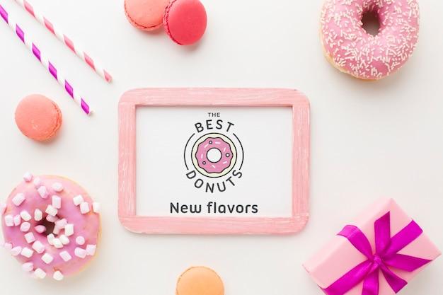 フレームのモックアップとピンクのドーナツとお菓子