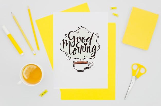 Плоский бумажный макет с желтыми предметами