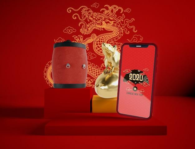 中国の旧正月の伝統的なオブジェクトと電話のモックアップ