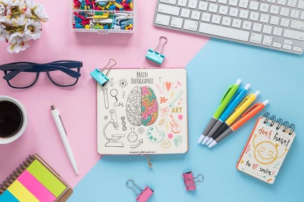 ノートブックモックアップとかわいいビジネスデスクデザイン