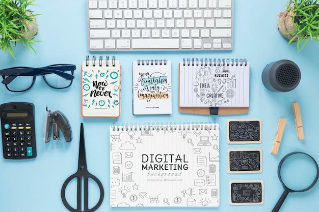 キーボードメガネとノートブックモックアップ