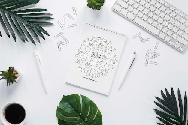 植物コーヒーキーボードとノートブックのモックアップ