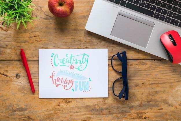 Ноутбук и очки рядом с мотивационным сообщением