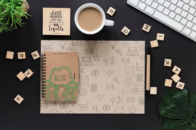 ノートブックモックアップ付きのエレガントなビジネスデスクデザイン