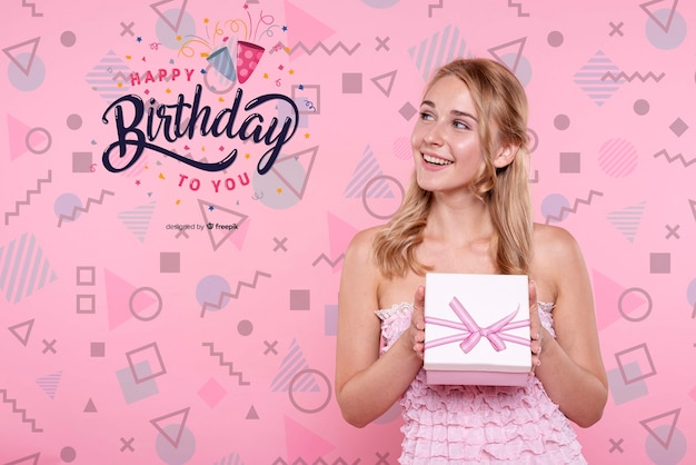 Женщина удерживания дня рождения коробки