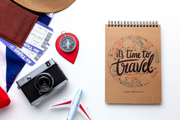 旅行の瞬間を記憶するノートとカメラ