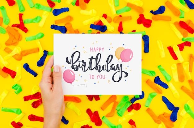 С днем рождения сообщение на листе бумаги