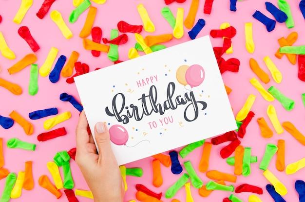 Поздравляю с днем рождения на листе бумаги