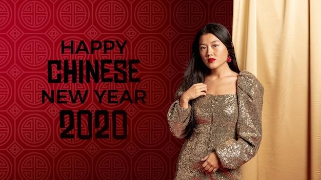 新年の夜にエレガントな服を着た女性