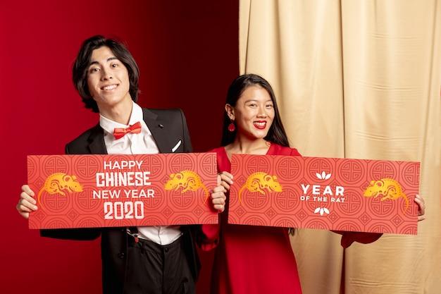 新年の装飾を保持しているカップル