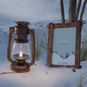 ランタンの横にある冬をテーマにしたフレーム