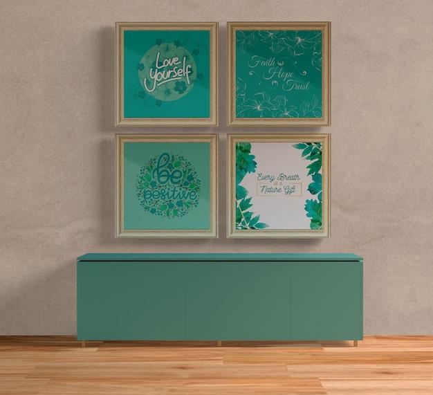 青いテーブルの上に木製の絵画フレーム
