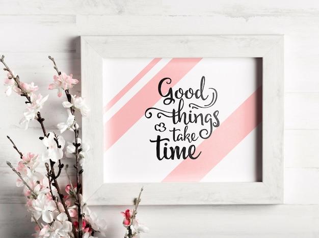Рамка с мотивационной цитатой и цветами