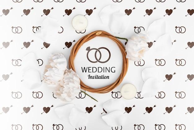 フラットにバラで結婚式の招待状を置く