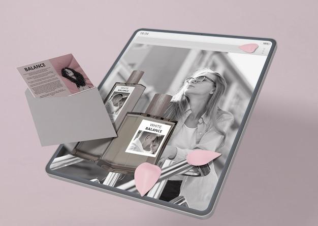 香水のウェブサイトのモックアップを搭載したタブレット