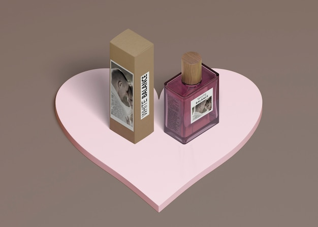 香水ボックスとハート形のボトル