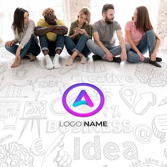 座っている人とビジネスのロゴ名