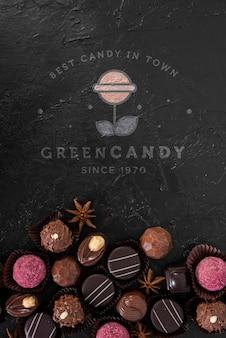 Макет логотипа с зелеными конфетами и пралине