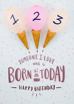 アイスクリームコーンと風船の誕生日の配置