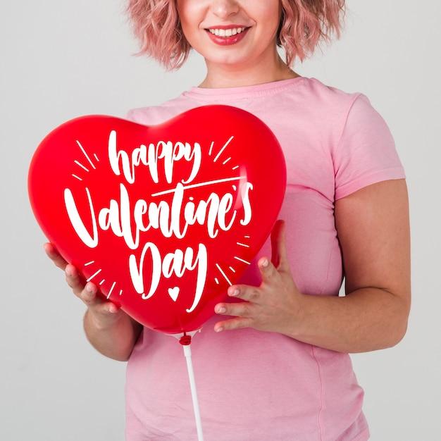 День святого валентина концепция макет с улыбающейся женщиной