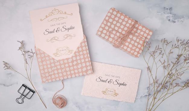 トップビューの結婚式の招待状とプレゼント