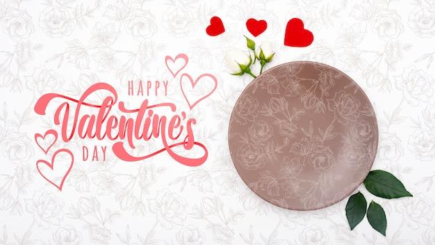 空のプレートと幸せなバレンタインデーレタリング