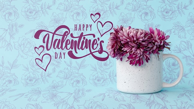 花とカップの横にある幸せなバレンタインデーレタリング