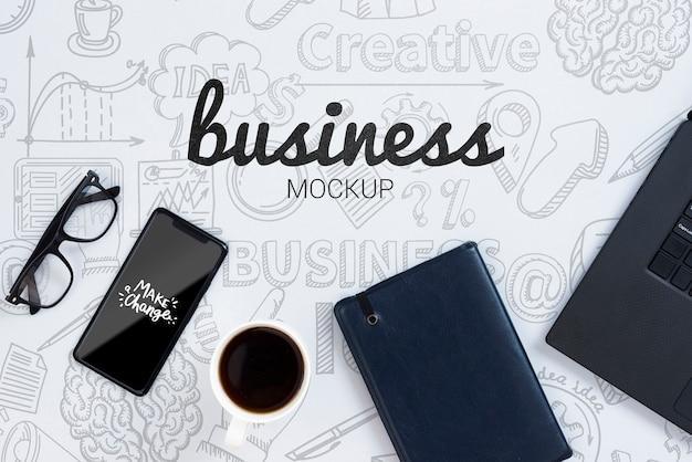 デバイスとメガネを使用したビジネスモックアップ